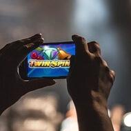 Populärt att spela spelautomater i mobilen